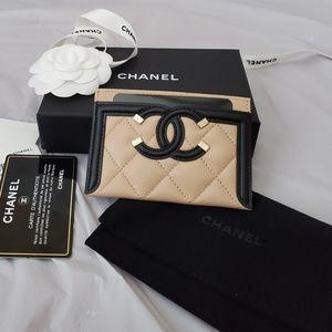 Chanel filigree caviar beige and black card holder